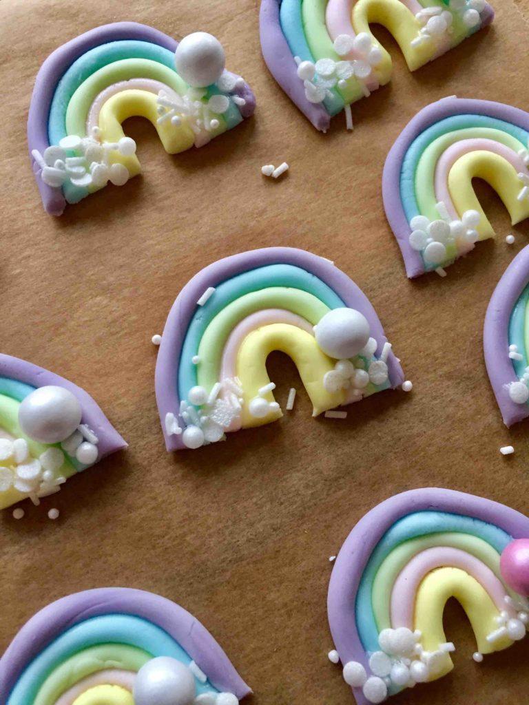 Die bunten Regenbogen-Cakepops sind mit den süßen Fondant-Regenbogen ein Highlight auf jedem Kindergeburtstag