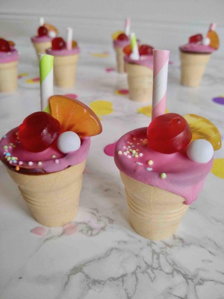 Die kunterbunten Shake-Cakes im Waffelbecher sind die ideale Fingerfood-Idee für den nächsten Kindergeburtstag