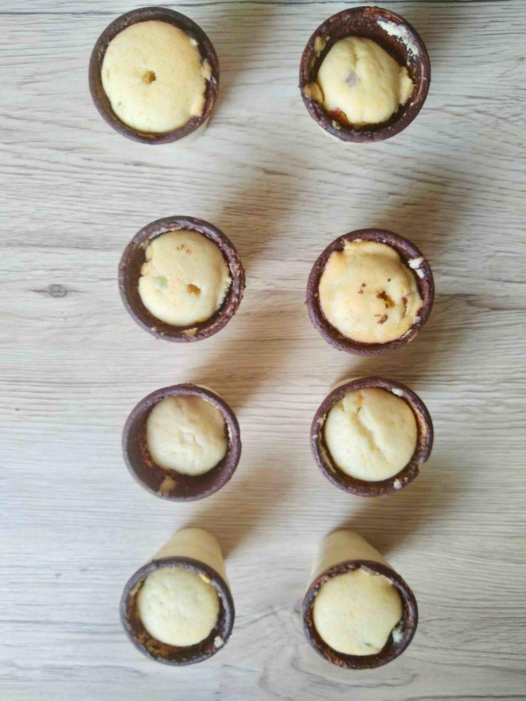 Die mit Konfettikuchen gefüllten Waffelbecher werden zu niedlichen Shake-Cakes verarbeitet.