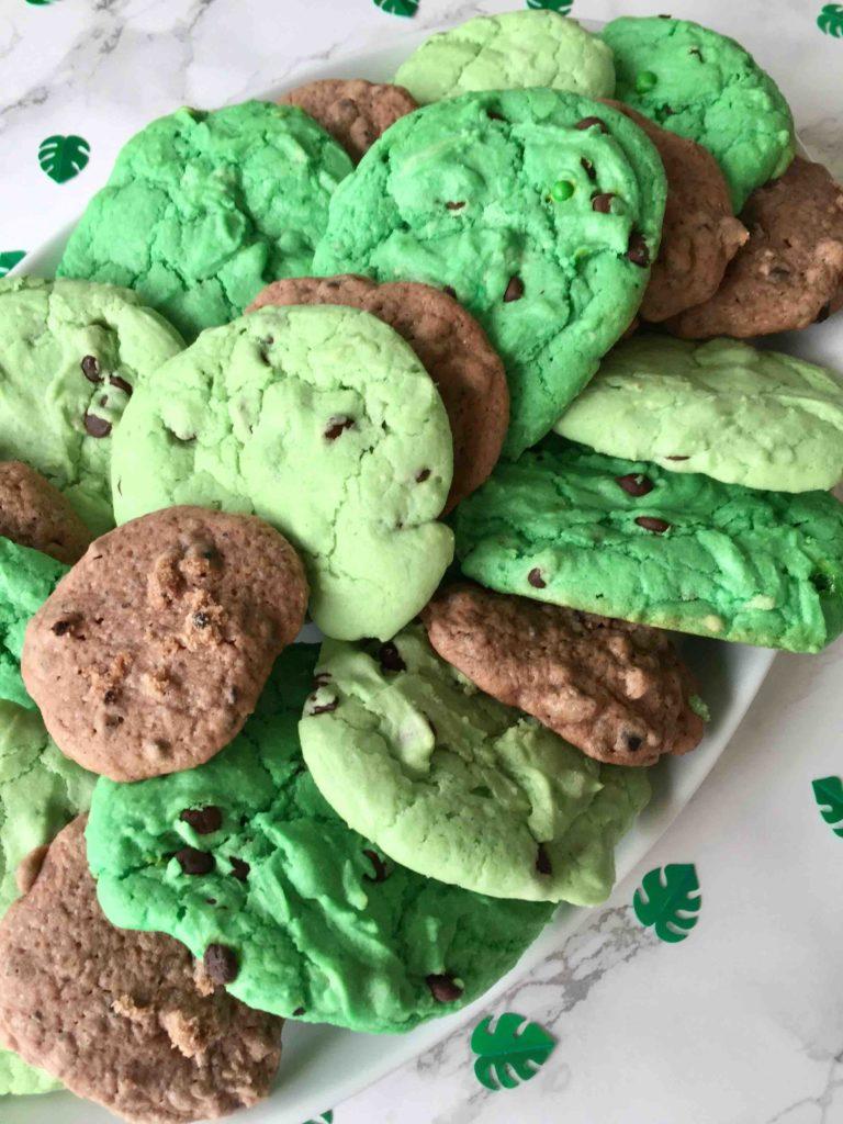 Die Dino-Cookies mit leckeren Schokochunks schmecken hervorragend zum Dino-Kindergeburtstag.