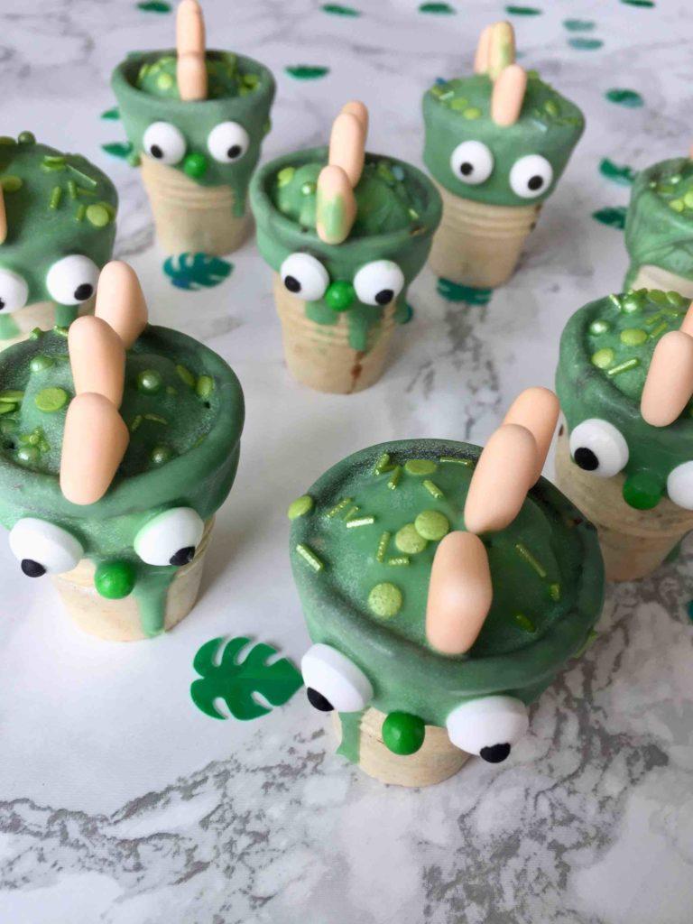Die kleinen Dinosaurier im Dino-Waffelbecher sind ein süßer Partysnack für Kindern am Kindergeburtstag.