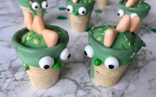 Die kleinen Dinosaurier in den Waffelbechern sind ein süßer Partysnack für Kindern am Kindergeburtstag.