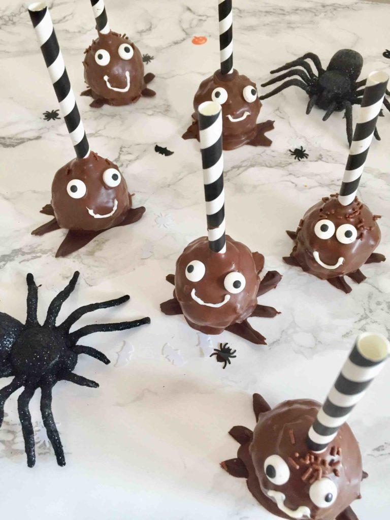 Spinnen-Cakepops aus Schokoladenkuchen zum Backen mit Kindern für Halloween