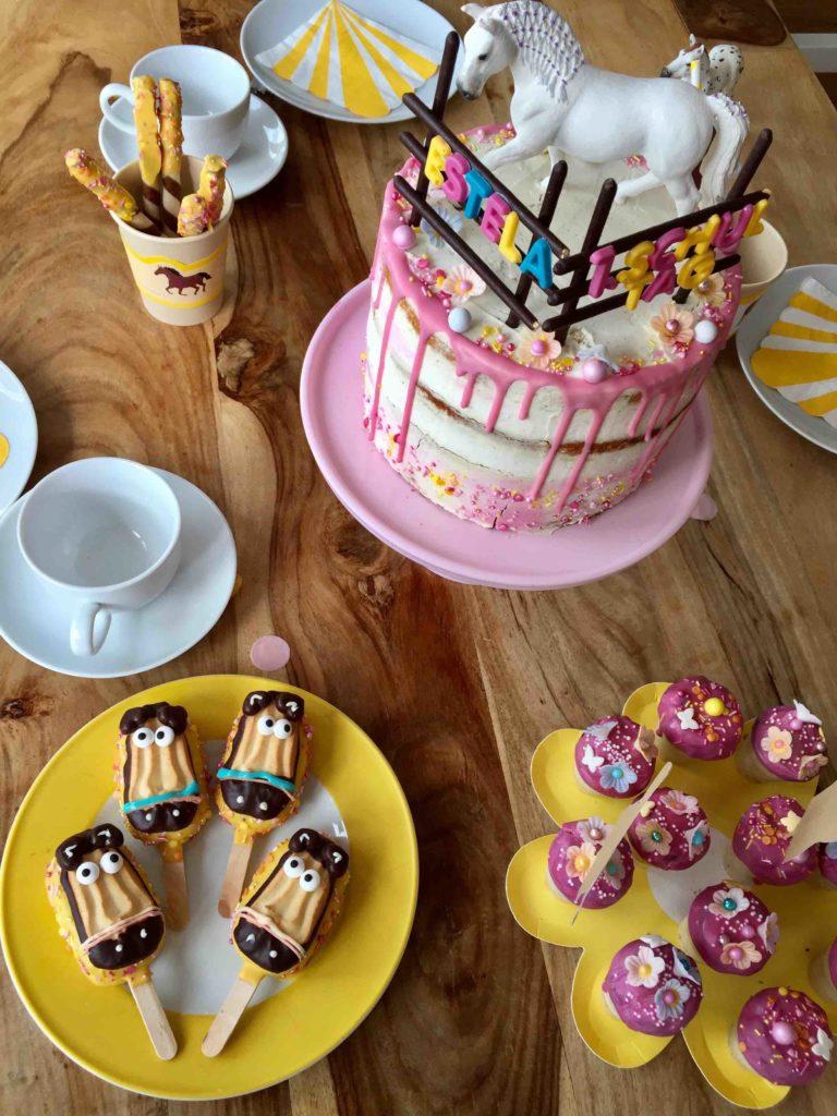 Mit Pferde-Torte, Blumen-Waffelbechern und passender Pferde-Partydeko wird der Kindergeburtstag zur grandiosen Pferde-Party.