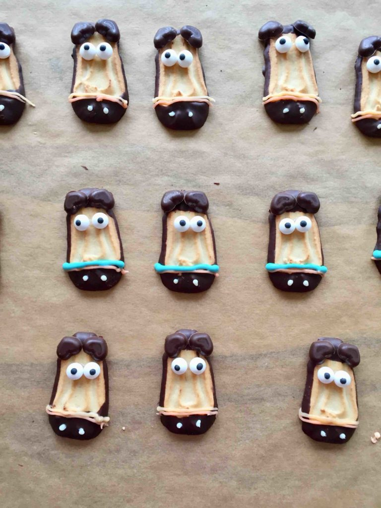Mit einem Pferdekeks dekorierte Pferde-Cakesicles kommen auf der Pferde-Party hervorragend an.