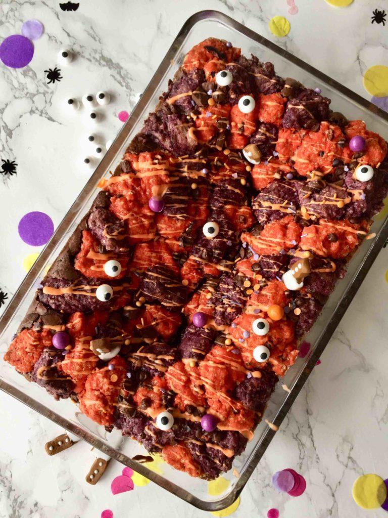 Halloween Brookies sind eine köstliche Kombination aus Brownie & Cookies und ein einfaches Rezept zum Backen mit Kindern.